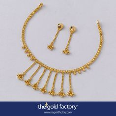 A bichha-chain jhalor that literally sweeps the chest is the real attraction here and will make you the real attraction at any party as well. Uncomplicated and smart, with a pair of single-strand earrings, all in light 22K hallmarked gold.