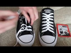 How To Zipper Lace Converse - schleifen - Zapatos Converse Haute, Lace Converse Shoes, Lace Sneakers, Tie Shoes, How To Tie Converse, Shoe Lacing Techniques, Ways To Lace Shoes, Creative Shoes, Tie Shoelaces