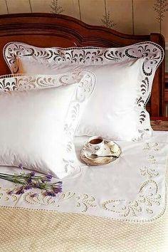 Beyaz iş yatak takımı.