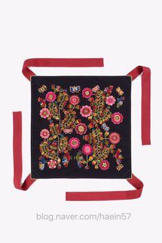 규방공예 대한민국 규방문화대전 접수, 이번 대회 메인 포스터의 작품이야기전국규모의 규방공예 공모전인 ... Korean Painting, Chinese Patterns, Korean Products, Korean Art, Traditional Design, Textile Design, Flower Patterns, Folk Art, Fashion Portfolio