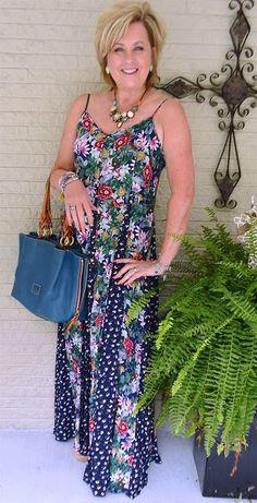 2. Um longo soltinho feito com mix de tecidos florais foi a escolha da Tania, do blog 50 is not old. Repare nas bijous coordenadas.