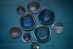 Blauw, blauw en blauw keramiek van Michele Michael van Elephant Ceramics. Lees verder op www.stylingblog.nl (klik op de foto of zie link in bio).