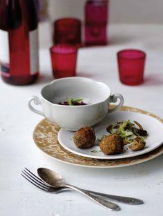 Hasselpähkinäpyörykät maistuvat hyvin esimerkiksi kermakastikkeen tai sienikastikkeen kanssa.