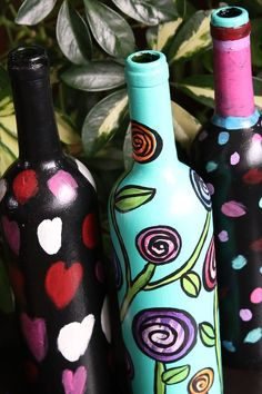 Turn a wine bottle into an indoor watering can with acrylic craft paint. The long neck reaches right into the plant, so no spills or drips! Plus, it doubles as a decorative piece of art in between waterings! Great craft for kids and adults alike. Super homemade gift for kids to make for Mother's Day, Christmas and birthdays! #HappyHooligans #KidCrafts #CraftIdeas #EasyCrafts #CraftsForKids #TweenCrafts #WineBottles #WateringCan #ArtForKids #KidsArt #MothersDay #Homemade #GiftIdeas #Gardening Painted Glass Bottles, Green Glass Bottles, Painted Wine Glasses, Decorated Bottles, Wine Bottle Art, Wine Bottle Crafts, Wine Art, Decoupage Tutorial, Acrylic Craft Paint