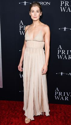 Rosamund Pike, Best Celebrity Dresses, Celebrity Style, Blush Dresses, Nice Dresses, Together Fashion, Fiestas Party, Haute Couture Gowns, Bad Fashion