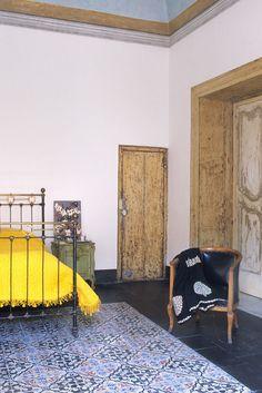 HomeStories | Casa Chantal Tous les éléments sont recherchés mais l'ensemble n'est pas surchargé, donnant une impression de simplicité  Recette : Bois brut, métal, mélange baroque et lignes pures, presque industriel, couleur