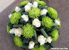 Floral Lena Góis: Verdes e branco Grave Flowers, Church Flowers, Funeral Flowers, All Flowers, Exotic Flowers, Funeral Flower Arrangements, Rose Arrangements, Arte Floral, Flower Art Images