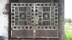 Front Gate Design, House Gate Design, Iron Fence Gate, Steel Railing Design, Balcony Grill Design, Door Grill, Compound Wall, Hd Nature Wallpapers, Front Gates