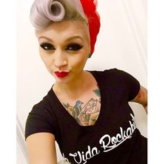 rocking that suicide roll! rocking that suicide roll! Rockabilly Hair, Rockabilly Fashion, Psychobilly Hair, Rockabilly Rebel, Rockabilly Style, Pin Up Hair, My Hair, Pin Up Looks, Estilo Pin Up