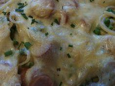 """Pasta er god og billig middag. Her er en variant der den er gratinert i en ostesaus, en slags variant av """"Macaroni & cheese"""", men med pølser..."""