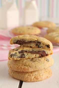 Cookies with chocolate drops filled with nutella Biscuits, Nutella Cookies, Greek Recipes, Coffee Time, Chip Cookies, Favorite Recipes, Sweets, Chocolate, Baking