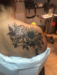 🌻 🌺 ❤️ upper back tattoo🌻 🌺 ❤️ upper back tattoo Shoulder Cover Up Tattoos, Cover Up Tattoos For Women, Shoulder Tattoos For Women, Upper Shoulder Tattoo, Flower Tattoos On Shoulder, Shoulder Tattoo Quotes, Sunflower Tattoo Shoulder, Sunflower Tattoos, Cap Sleeve Tattoos