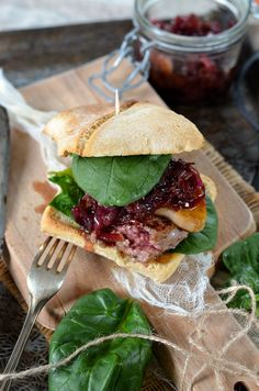 Burger Rossini au foie gras et oignon confit Foie Gras, Sandwich Wrap, Confort Food, No Salt Recipes, Street Food, Tapas, Sushi, Sandwiches, Healthy Living