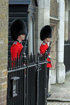Two Guardsmen outside St James Palace, London. British Army, British Royals, England Uk, London England, St James's Palace, Ww2 Propaganda Posters, Queens Guard, British Armed Forces, Hm The Queen