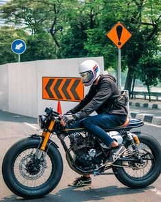 The perfect bike for a sunny day. - Café Racer and scrambler - Cafe Bike, Cafe Racer Bikes, Cafe Racer Build, Cafe Racer Motorcycle, Moto Bike, Cafe Racers, Scrambler Moto, Scrambler Custom, Modern Cafe Racer