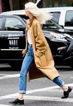Trench coat + tee + mom jeans + pointed toe flats
