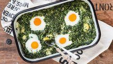 Versunkene Eier im Spinatnest  Nicht nur zu Ostern ein echter Hit: Die versunkenen Eier im Spinatnest sind in gerade einmal 20 Min. vorbereitet und sind auch optisch ein echter Hingucker. #ostern #ideen #rezepte #anleitungen #diy #daskochrezept #eier #spinat #nest #auflauf