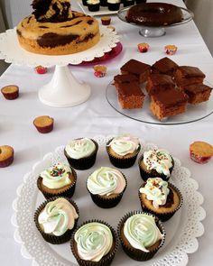 Mesa do curso de bolos básicos de hoje! Cupcake de baunilha recheado com trufa e marshmallow rainbow zebra cake bolo de especiarias com chocolate mini cupcake de fubá com goiabada (glúten free) e bolo de cenoura com sauce de chocolate. As alunas mandaram super bem como sempre! Sucesso para todas  #vegan #cursoschubby  Ainda tem uma vaga para o curso do dia 24/10 sábado! Quem tiver interesse me mande um email: contato@chubbyvegan.net by chubbyvegan