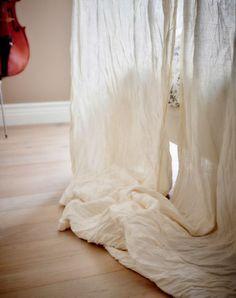 Un tessuto leggero e arioso con una cascata morbida è ideale per il letto a baldacchino  - IKEA