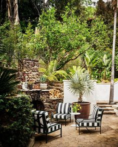 Queen's Road Konmari, Cabana, Munsters House, Spanish Colonial Homes, Outdoor Dining, Outdoor Decor, Outdoor Rooms, Spanish Architecture, Exclusive Homes