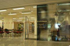 Fue abierta al público en febrero de 2007 y lleva el nombre de escritor Ángel Crespo, poeta, profesor, ensayista, traductor y crítico de arte español que tuvo gran importancia en la divulgación de la cultura brasileña en España. La biblioteca cuenta además con una pequeña sección dedicada al Amazonas.  http://brasilia.cervantes.es/es/biblioteca_espanol/biblioteca_espanol.htm