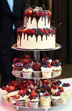 Drip Strawberry Chocolate Wedding Cake and Cupcakes .- Drip Strawberry Chocolate Wedding Cake and Cupcakes … – - Bolo Geode, Geode Cake, Alternative Wedding Cakes, Wedding Cake Alternatives, Food Cakes, Cheesecake Wedding Cake, Fruit Wedding Cake, Strawberry Wedding Cakes, Diy Wedding Cake
