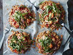 Valmista rapeapohjainen nuorison suosikkipizza täysjyvänuudeleista. Trendikkään nuudelipizzan päälle voi latoa mitä tahansa mieleisiä täytteitä.