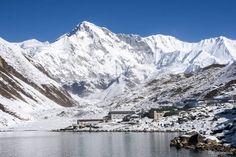 """Cho Oyu (Tibete) - Com seu nome traduzido para """"deusa turquesa"""" na língua tibetana, a imponente montanha chega a 8201 metros de altura. Cho Oyu fica a cerca de 20 quilômetros do Monte Everest, e é considerado o monte menos difícil de ser escalado entre todos aqueles com mais de oito mil metros de altitude."""
