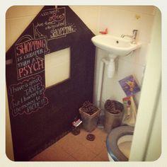 Always something to do @ the loo... or to write  Een krijtbord; elke keer weer nieuwe ideeën tijdens een bezoekje aan de wc