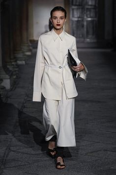 Runway pictures from the Jil Sander Spring 2020 Fashion Show. Milan Ready-To-Wear collections, runway looks, models, beauty Fashion 2020, Runway Fashion, Fashion Show, Fashion Outfits, Milan Fashion, Minimal Classic Style, Classic Style Women, Jil Sander, Stylish Clothes For Women