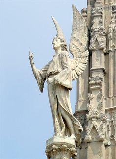 Angelo, che indica il cielo  G115 #AdottaUnaGuglia #GetYourSpire Gabriele ci indica il cielo, orizzonte più lontano al quale portare lo sguardo, e ci mostra le ali, mezzo per spiccare il volo, ricordandoci che l' errore può capitare a chiunque, ma può riportarci a terra solo per un breve periodo Belle Villa, Statue Of Liberty, Lion Sculpture, Plus Belle, Colleges, Terra, Artwork, Beautiful, Sculptures
