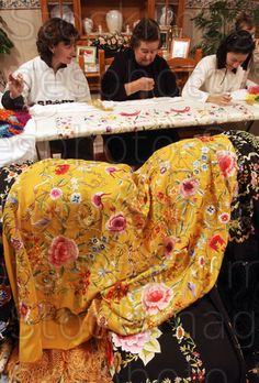 Bordadoras. Artesanas de las sedas, manos cuajadas de arte...