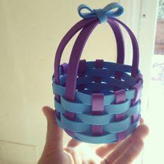 Cestita de gomaeva hechas para el dia de la madre. Monisimas! Luego pusimos unas macetitas pequeñitas dentro, pero se me olvidó hacer la foto :( Foam Crafts, Diy Arts And Crafts, Crafts To Do, Felt Purse, Adult Crafts, Mothers Day Crafts, Spring Crafts, Easter Crafts, Diy Gifts