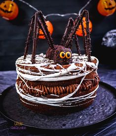 Spider cake for Halloween - Desserts For A Crowd, Food For A Crowd, Dessert Halloween, Halloween Recipe, Halloween Decorations, Haloween Cakes, Spider Cake, Salty Cake, Cake Decorating Techniques