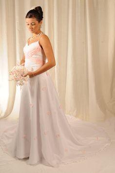 vestido de piel de angel forrdo en organdi con apliques de petalos en organdi rosa y tablas en el bustier.