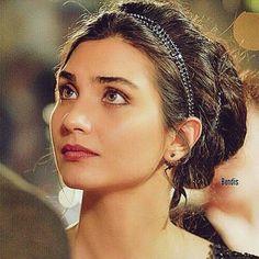 Tuba buyukustun elif kara para ask Beautiful People, Beautiful Women, Turkish Beauty, Turkish Actors, Looking Gorgeous, My Hair, Hair Beauty, Actresses, Portrait