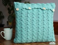 A free crochet pattern with photo tutorial for a cable pillow cover | Haaknerd