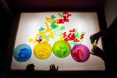 Tigriteando: Nuestros materiales para la mesa de luz Sensory Rooms, Sensory Table, Reggio Emilia, Light Table, Lamp Light, Art Classroom Posters, Licht Box, Light Board, Diy Box