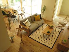 オーク無垢材のフローリングにオーク材・タモ材の家具で合わせたナチュラルコーディネート !ウィンザースタイルのチェアを提案したナチュラルカントリースタイルを提案!チェアやソファのクッション、ラグにブラック色を少しだけ取り入れたコーディネートです