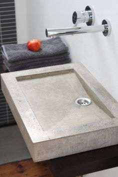 The washbasin is made of concrete. Its outer measures are 50x35x8 cm and the inner ones are 35x25 cm. Its weight is about 20 Kg.