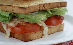 BLT med ost BLT betyder Bacon-Lettuce-Tomato, og det er en klassisk amerikansk sandwich.