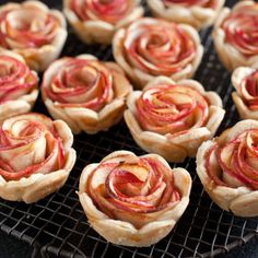 A Dozen Mini Edible Roses Apples + pie tart = roses! Get the recipe by clicking through the image. Get the recipe by clicking through the image. Apple Rose Pie, Mini Apple Pies, Mini Pies, Baked Apple Roses, Just Desserts, Delicious Desserts, Dessert Recipes, Yummy Food, Easter Desserts