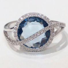 Anillo en oro blanco 18k topacio azul y diamantes