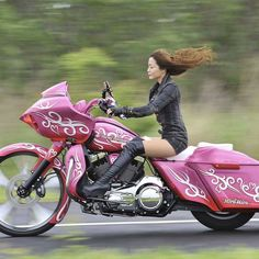 Harley Davidson News – Harley Davidson Bike Pics Biker T-shirts, Lady Biker, Biker Chick, Biker Girl, Motorbike Girl, Motorcycle Bike, Motos Sexy, Bobbers, Chicks On Bikes
