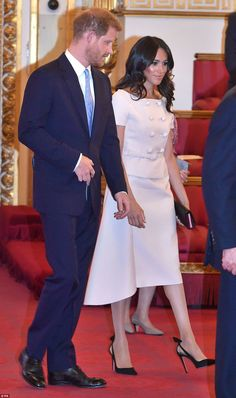 Duchess Meghan Markle Joins Prince Harry for Queen's Young Leaders Awards!: Photo The Duchess of Sussex (aka Meghan Markle) is looking stunning at the Queen's Young Leaders Awards reception! The Duchess and her husband, Prince Harry, were… Prinz Harry Meghan Markle, Meghan Markle Prince Harry, Prince Harry And Megan, Harry And Meghan, Fashion Looks, Beauty And Fashion, Royal Fashion, Estilo Meghan Markle, Meghan Markle Stil
