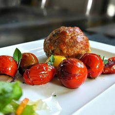 Μεγάλοι, αφράτοι & ζουμεροί κεφτέδες μάφιν που γίνονται εύκολα στη φόρμα, σε 20 λεπτά. Με τα ελαφρώς καραμελωμένα ντοματίνια κάνουν ένα πλήρες πιάτο-γεύμα.