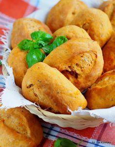 Smaczna Pyza: Domowe pieczywo. Bułeczki pszenne z suszonymi pomidorami.