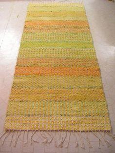 Vårsol Loom Weaving, Hand Weaving, Textiles, Old Clothes, Diy Carpet, Tear, Recycled Fabric, Woven Rug, Handicraft