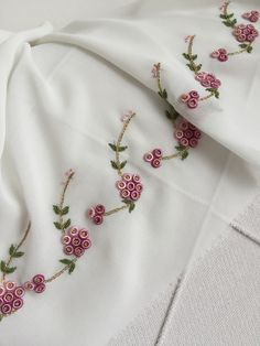 Getting to Know Brazilian Embroidery - Embroidery Patterns Embroidery Neck Designs, Hand Embroidery Flowers, Embroidery On Clothes, Silk Ribbon Embroidery, Brazilian Embroidery Stitches, Types Of Embroidery, Hand Embroidery Stitches, Floral Embroidery, Broderie Simple