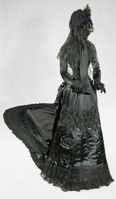 Abb.: Große Trauerrobe der Kaiserin Elisabeth, nach 1877; (C) Kunsthistorisches Museum Wien, Monturdepot, 2013. Foto: Fotoatelier, Kunsthistorisches Museum.